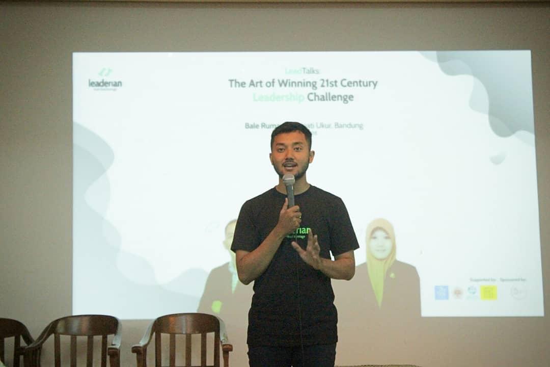 Foto founder Leaderian sedang presentasi