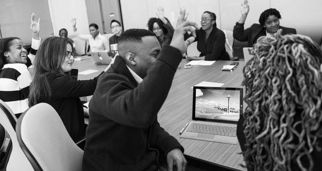 Gambaran peserta diskusi dengan duduk tiap regu dan melingkar.