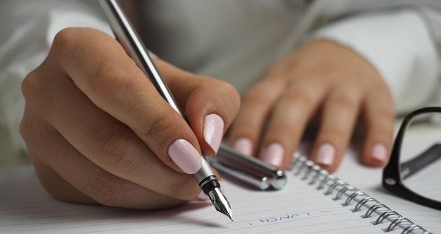 Ilustrasi orang sedang menulis