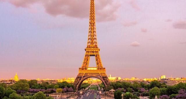 Ilustrasi bahasa Perancis dengan menara Eifel