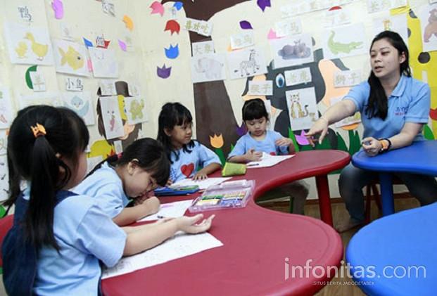Ilustrasi seorang guru sedang mengajar di Yi Qu